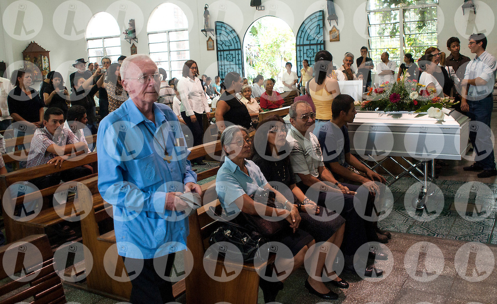 Pedro Decler and other members of the historical Christian based communities sing to Miguel Cavada at his wake at  the Maria Auxiliadora funeral home in San Salvador, El Salvador..Photo Edgar ROMERO/Imagenes Libres.