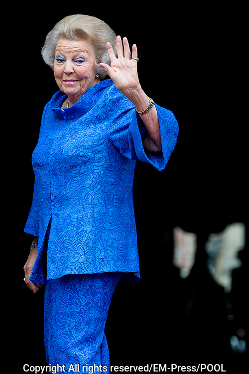 Prinses Beatrix reikt Zilveren Anjers uit op het Koninklijk Paleis in Amsterdam.<br /> <br /> Princess Beatrix at the award ceremony of theZilveren Anjers  in the the Royal Palace in Amsterdam.<br /> <br /> Op de foto / On the photo:  Prinses Beatrix
