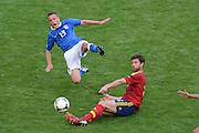 FUSSBALL  EUROPAMEISTERSCHAFT 2012   VORRUNDE Spanien - Italien            10.06.2012 Emanuele Giaccherini (Ili, talien) gegen Xabi Alonso (re, Spanien)