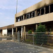 NLD/Huizen/20060705 - Brandweer Huizen nablussen van de overblijfselen van de brand van I Tonic en autobedrijf Fred Janssen aan de Machineweg Huizen