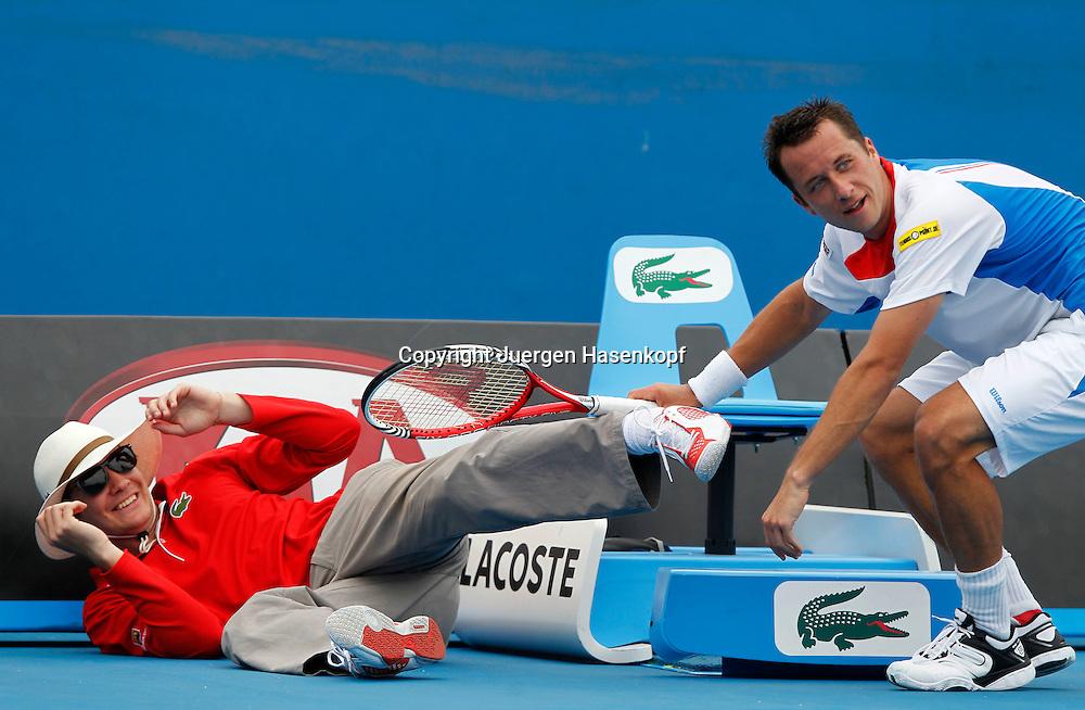 Australian Open 2012, Melbourne Park,ITF Grand Slam Tennis Tournament,Philipp Kohlschreiber (GER) stoesst den Linienrichter um,kurios,.Ganzkoerper,Querformat,
