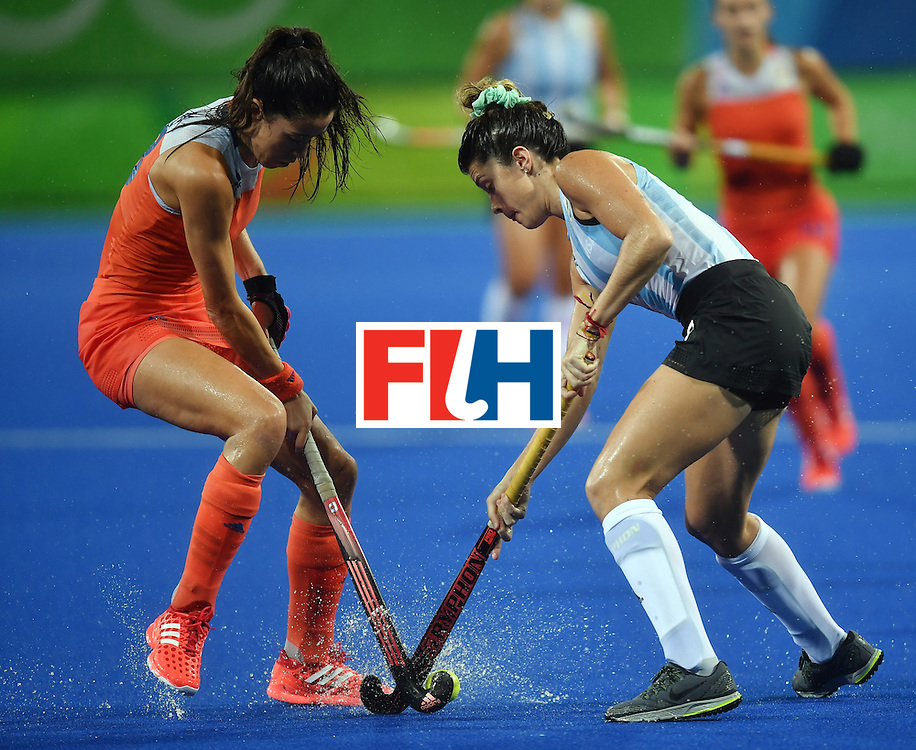 Netherland's Xan de Waard (L) vies with Argentina's Agustina Albertarrio during the women's quarterfinal field hockey Netherland vs Argentina match of the Rio 2016 Olympics Games at the Olympic Hockey Centre in Rio de Janeiro on August 15, 2016.  / AFP / MANAN VATSYAYANA        (Photo credit should read MANAN VATSYAYANA/AFP/Getty Images)