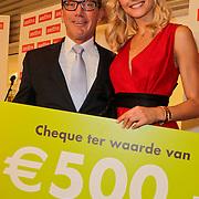 NLD/Amstelveen/20120216 - Presentatie Charityarmband Rode Kruis, Yfke Sturm krijgt een cheque