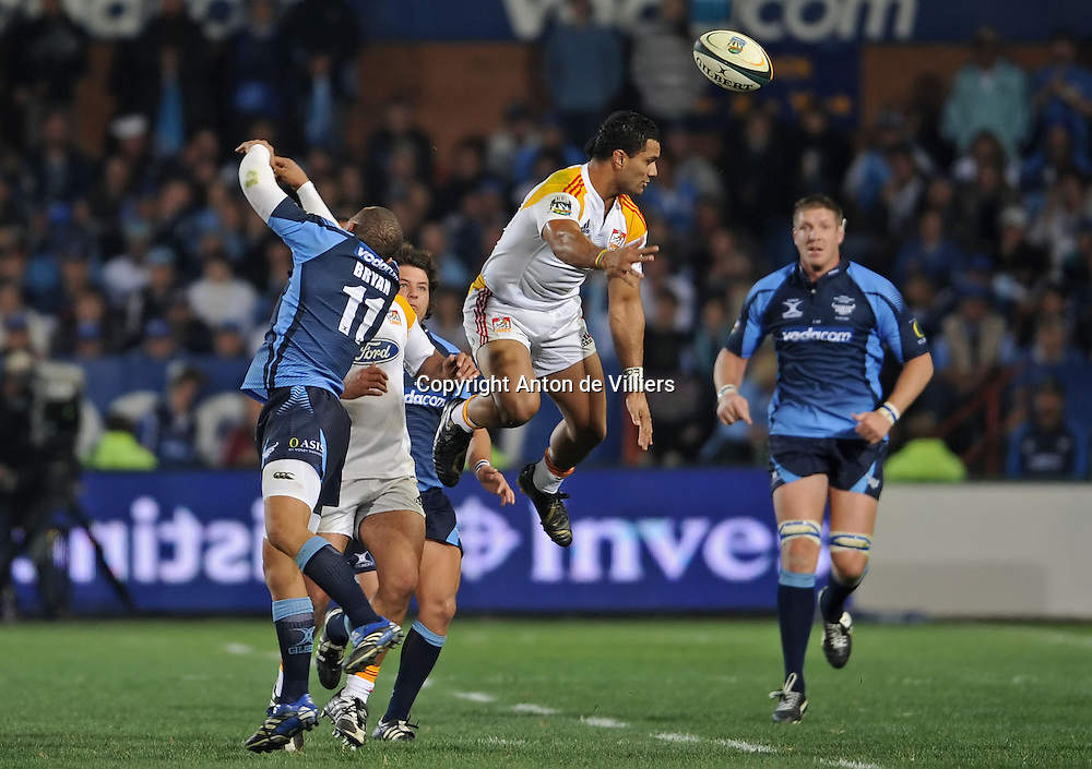 Lelia Masaga of the Chiefs and Bryan Habana of the Bulls compete for the ball in the air.<br /> Rugby - 090530 - Super 14 - FINAL - Vodacom Bulls vs Chiefs - LOFTUS - Pretoria - South Africa. The Bulls won 61 - 17.<br /> Photographer : Anton de Villiers / SASPA