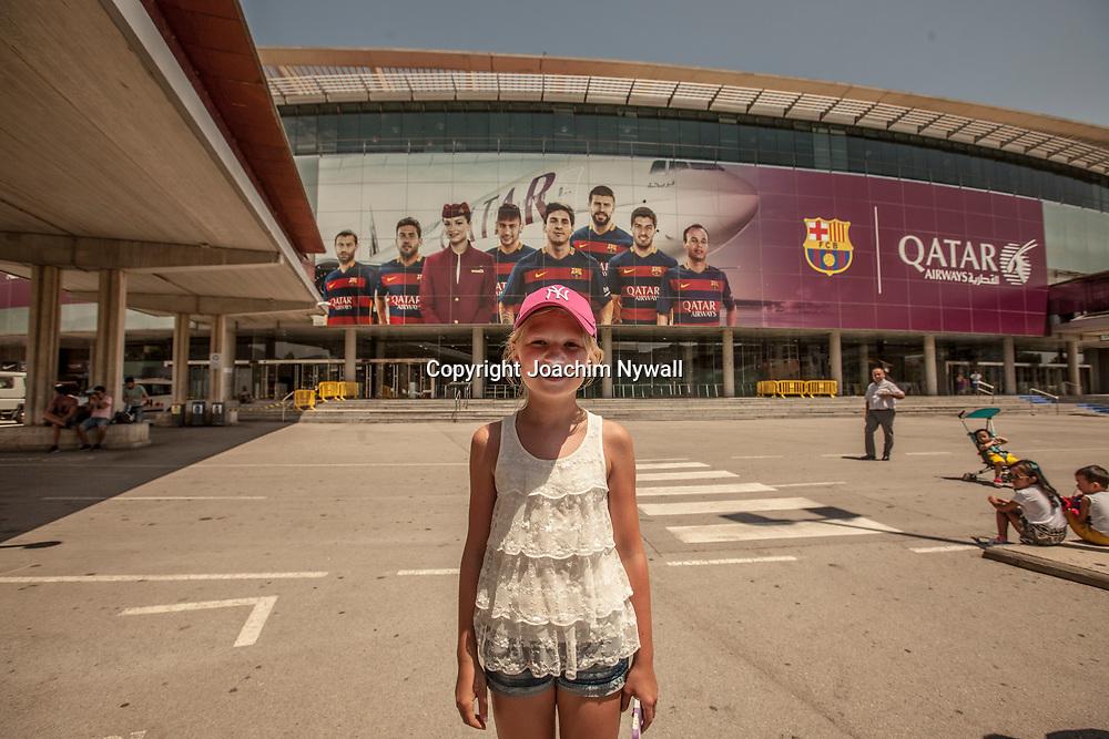2016 07 05 Barcelona Katalonien Spanien<br /> Camp Nou &auml;r en fotbollsarena i Barcelona som &auml;gs av idrottsklubben FC Barcelona. Arenan &auml;r den st&ouml;rsta i Europa<br /> liten flicka utanf&ouml;r<br /> <br /> ----<br /> FOTO : JOACHIM NYWALL KOD 0708840825_1<br /> COPYRIGHT JOACHIM NYWALL<br /> <br /> ***BETALBILD***<br /> Redovisas till <br /> NYWALL MEDIA AB<br /> Strandgatan 30<br /> 461 31 Trollh&auml;ttan<br /> Prislista enl BLF , om inget annat avtalas.