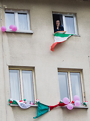 15-05-2013 WIELRENNEN: 11 ETAPPE GIRO D ITALIA: TARVIS<br /> supporter on the balcony<br /> ***NETHERLANDS ONLY***<br /> &copy;2013-FotoHoogendoorn.nl