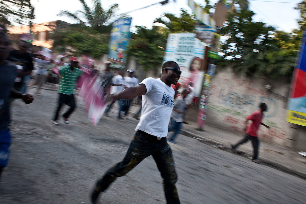 The presidential election in Haiti takes a bad way with fraud suspicions and troubles from some supporters in polling stations./// Martelly's supporters demonstrate, 28 november 2010 in the streets of Port-au-Prince, to protest against the fraud during the vote for presidential election and ask for the cancellation of the poll.