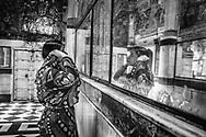 A woman stops before a sacred image to pay her devotion at a Krishna temple. Jodhpur, Rajhastan, India / Una mujer se detiene frente a una imagen sagrada para llevar a cabo un ritual de devoción en un templo dedicado a Krishna. Jodhpur, Rajastán, India