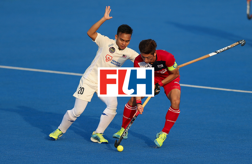 LONDON, ENGLAND - JUNE 19:  Manjae Jung of South Korea is challenged by Azuan Hasan of Malaysia during the Pool A match between South Korea and Malaysia on day five of Hero Hockey World League Semi-Final at Lee Valley Hockey and Tennis Centre on June 19, 2017 in London, England.  (Photo by Alex Morton/Getty Images)