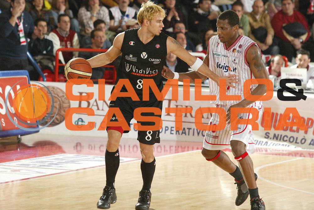 DESCRIZIONE : Teramo Lega A1 2005-06 Navigo.it Teramo Vidi Vici Virtus Bologna<br />GIOCATORE : English<br />SQUADRA : Vidi Vici Virtus Bologna<br />EVENTO : Campionato Lega A1 2005-2006<br />GARA : Navigo.it Teramo Vidi Vici Virtus Bologna<br />DATA : 12/02/2006<br />CATEGORIA : Palleggio<br />SPORT : Pallacanestro<br />AUTORE : Agenzia Ciamillo-Castoria/G.Ciamillo