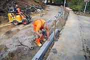 Nederland, Ubbergen, 20-4-2010Een wegenbouwbedrijf vernieuwd de hele doorgaande weg door het dorp. In fasen worden wegvakken van het wegdek ontdaan en de weg getransformeerd tot een 30 km. weg.De aannemer vernieuwd tevens de riolering.Foto: Flip Franssen/Hollandse Hoogte