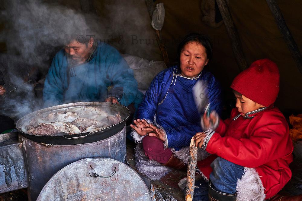 Mongolie, province de Khovsgol, les Tsaatans, éleveurs des rennes, campement en hiver des Tsaatan, preparation de la viande de renne// Mongolia, Khovsgol province, the Tsaatan, reindeer herder, the winter camp, cooking reindeer meat