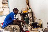 Boreano, Basilicata, Italia, 05/09/2013 <br /> Un ragazzo prepara qualcosa da mangiare, dopo una giornata di lavoro nei campi di pomodoro <br /> <br /> Boreano, Basilicata, Italy, 05/09/2013 <br /> A guy cooking something after a long day of work on tomato lands