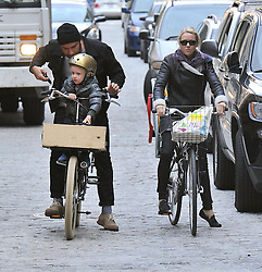 (UK RIGHTS ONLY) Actress Naomi Watts and Liev Schreiber riding their bike after picking up Samuel from school in New York, USA. 17/10/2012<br />
