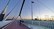 Nederland, Nijmegen, Oosterhout, 9-9-2015De tweede stadsbrug, brug, de oversteek, gebouwd door de aannemers BAM Civiel B.V. en Max Bogl Nederland B.V. Die verbindt de vinexwijk in Lent en Oosterhout met de stad. Een bijzonder kunstwerk op de brug vormen de straatlantaarns . Ter herdenking aan 48 bij the crossing op 20 september 1944 gesneuvelde soldaten uit de 2e WO die hier heldhaftig de Waal overstaken springen die een voor een aan.  Iedere avond lopen veteranen mee met de achtenveertig paren aanspringende lampen.FOTO: FLIP FRANSSEN/ HH