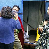 Toluca, Méx.- Maquillando a los tres reyes magos para las fotos en la alameda de esta ciudad. Agencia MVT / Basilio Nuñez Durán.
