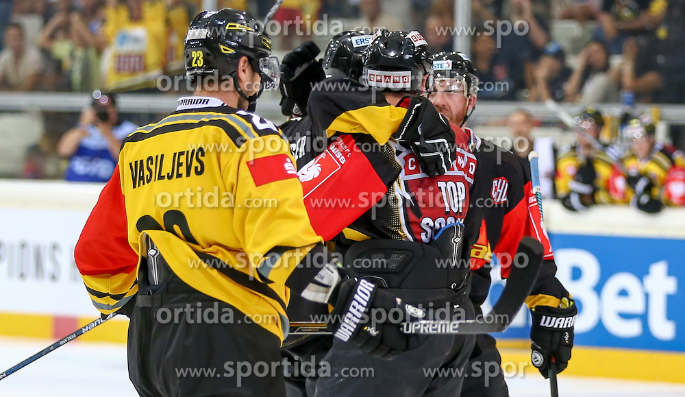 29.08.2015, Albert Schultz Eishalle, Wien, AUT, CHL, UPC Vienna Capitals vs Krefeld Pinguine, im Bild Herberts Vasiljevs (Krefeld Pinguinie) , Jonathan Ferlan (Vienna Capitals) und Jamie Fraser (Vienna Capitals) // during the Champions Hockey League match between UPC Vienna Capitals and Krefeld Pinguine at the Albert Schultz Ice Arena, Vienna, Austria on 2015/08/29. EXPA Pictures © 2015, PhotoCredit: EXPA/ Alexander Forst
