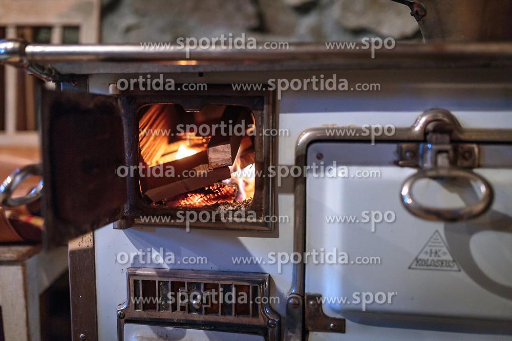THEMENBILD - Holzscheite brennen in einem alten Ofen, aufgenommen am 03. Dezember 2017, Kaprun, Österreich // Logs burn in an old oven on 2017/12/03, Kaprun, Austria. EXPA Pictures © 2017, PhotoCredit: EXPA/ Stefanie Oberhauser