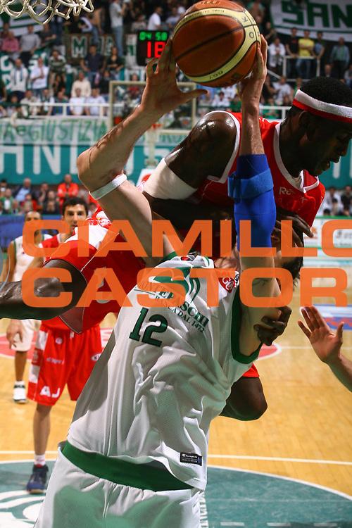 DESCRIZIONE : Siena Lega A1 2007-08 Playoff Semifinale Gara 1 Montepaschi Siena Armani Jeans Milano <br /> GIOCATORE : Ansu Sesay Ksistof Lavrinovic<br /> SQUADRA : Montepaschi Siena Armani Jeans Milano <br /> EVENTO : Campionato Lega A1 2007-2008 <br /> GARA : Montepaschi Siena Armani Jeans Milano <br /> DATA : 22/05/2008 <br /> CATEGORIA : fallo super<br /> SPORT : Pallacanestro <br /> AUTORE : Agenzia Ciamillo-Castoria/G.Ciamillo