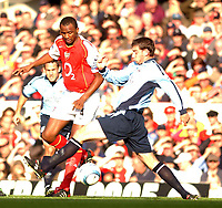 Fotball<br /> Premier League England 2004/2005<br /> Foto: SBI/Digitalsport<br /> NORWAY ONLY<br /> <br /> 30.10.2004<br /> Arsenal v Southampton<br /> <br /> Arsenal's Vieira skips past Southampton's Rory Delap