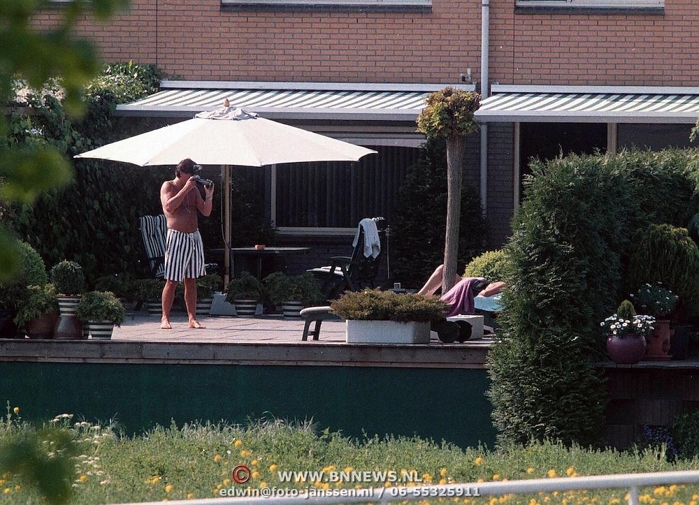 Menno Buch fotografeert zijn vriendin in de tuin in Sloten