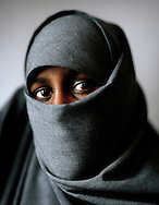 "The question if the Muslim veil still was going to be allowed in public schools caused a huge debate in Sweden in 2003, when two young girls in Gothenburg suddenly came to school dressed in their black niqab. Is the veil a symbol of female oppression? Everyone seemed to have an opinion. This is a story about the girls everyone was talking about. ..?For me the veil is protection, identity and respect from people. I feel beautiful in my hijab. No one knows what?s underneath it. Only the man I ?m going to marry is allowed to see. Not even other women are allowed to see me completely naked. And I shouldn?t show myself to non-Islamic women, since there is a chance that they might tell about my body. Muslim women could do that too, but at least, they?re not allowed to. My future husband also has obligations. Neither he should show himself in the nudes among others.?..Leyla 18 years old..Frågan om den muslimska slöjan fortfarande skulle vara tillåten i skolor skapade en enorm debatt i Sverige 2003, när två unga kvinnor i Göteborg plötsligt kom till skolan klädda i sina svarta niqab. Är slöjan en symbol för kvinnoförtryck? Alla verkade ha en åsikt. Det här är en berättelse om flickorna som alla pratade om. ..""För min del är slöjan skydd, identitet och respekt från omgivningen. Jag känner mig vacker i min hijab. Ingen vet vad som finns härunder. Bara mannen jag gifter mig med ska få se.  Inte ens andra kvinnor får se mig helt naken. Jag bör inte heller visa mig för en ickemuslimsk kvinna. Det finns risk att hon berättar för andra om min kropp. Det kan muslimska kvinnor också göra, men de är i alla fall inte tillåtna. Min framtida man har också skyldigheter. Han får inte heller visa sig naken för någon annan.?..Leyla 18 år.."