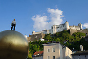 Kunstwerk Sphaera auf dem Kapitelplatz, Festung Hohensalzburg, das historische Zentrum der Stadt Salzburg, UNESCO Welterbestätte, Österreich | Artwork Sphaera auf'm Kapitelplatz, Hohensalzburg Fortress, the historic center of the city of Salzburg, a UNESCO World Heritage Site, Austria