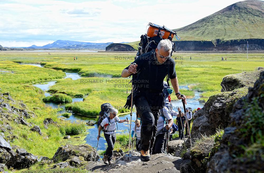 06-07-2014 NED: Iceland Diabetes Challenge dag 2, Landmannalaugar <br /> Trek van Landmannalaugar naar Hrafntinnusker. Een prachtige trekking door de hooggebergte van Landmannalaugar met veel kleuren, sneeuw, gletsjers en zwarte landschappen / Edwin