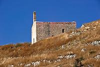 L'abbazia di S.Mauro  si eleva su uno sperone roccioso che scende a picco sul mare, denominato Serra dell'Altolido a 70m sul livello del mare, tra la località Montagna Spaccata e Lido Conchiglie (GALLIPOLI sANNICOLA).  Per raggiungere la zona : IN AUTO da nord, Autostrada, uscita A14 -Casello Bari Nord,  poi (SS16; SS379; SS613) proseguire per Lecce Gallipoli, a circa 33 km, uscita Lido Conchiglie.