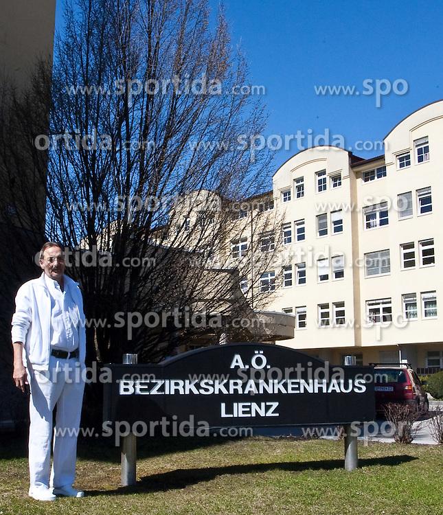06.04.2010, Bezirkskrankenhaus, Lienz, nachdem alle vier Schneeschuhwanderer geborgen wurden, sind Sie ins BKH Lienz/Osttirol geflogen worden. Die Vier Männer aus Deutschland im Alter zwischen 40 und 50 Jahren, unter ihnen der Bürgermeister der Stadt Pforzheim Baden-Württemberg Alexander Uhlig (CDU), befinden sich dort in stationärer Behandlung. Alle vier weisen daruf hin das Sie keinen Kontakt zur Medienwelt wünschen, im Bild Pressesprecher des BKH Lienz OA Dr. Alfred Fast vor dem BKH Lienz, EXPA Pictures © 2010, PhotoCredit: EXPA/ J. Feichter / SPORTIDA PHOTO AGENCY