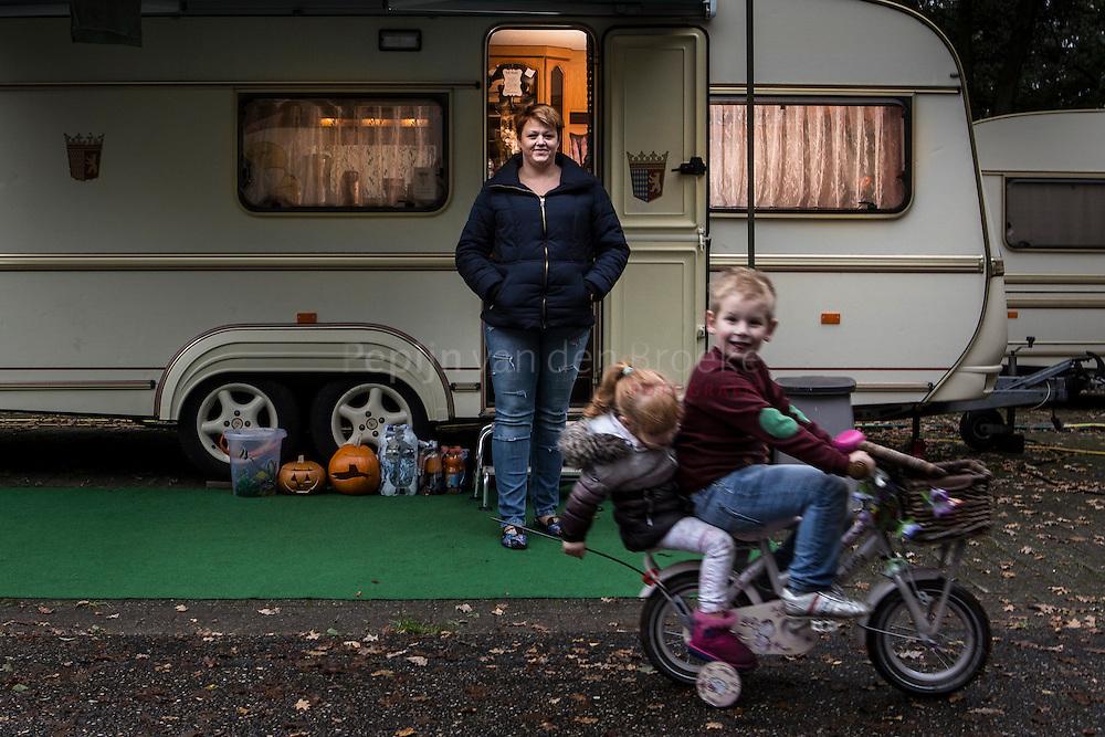 Nederland, Midlaren 20131011. kermisvrouw Margreet Keizer bij haar caravan. foto: Pepijn van den Broeke