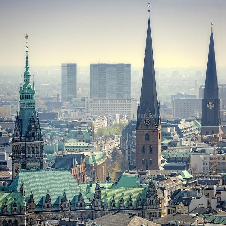 Die Türme von Rathaus, der St. Jakobi Kirche und der St. Petri Kirche