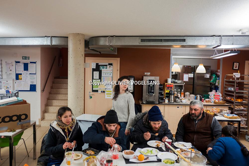 Lausanne, février 2018. La marmotte, lieu d'hébergement tenu par l'Armée du Salut au chemin du Vallon. L'endroit est devenu un lieu d'hébergement de jour depuis 2 ans. Des ateliers pour les enfants sont organisés et des familles viennent se réchauffer l'espace d'un après-midi. Amaelle Kägi supervise. © Olivier Vogelsang