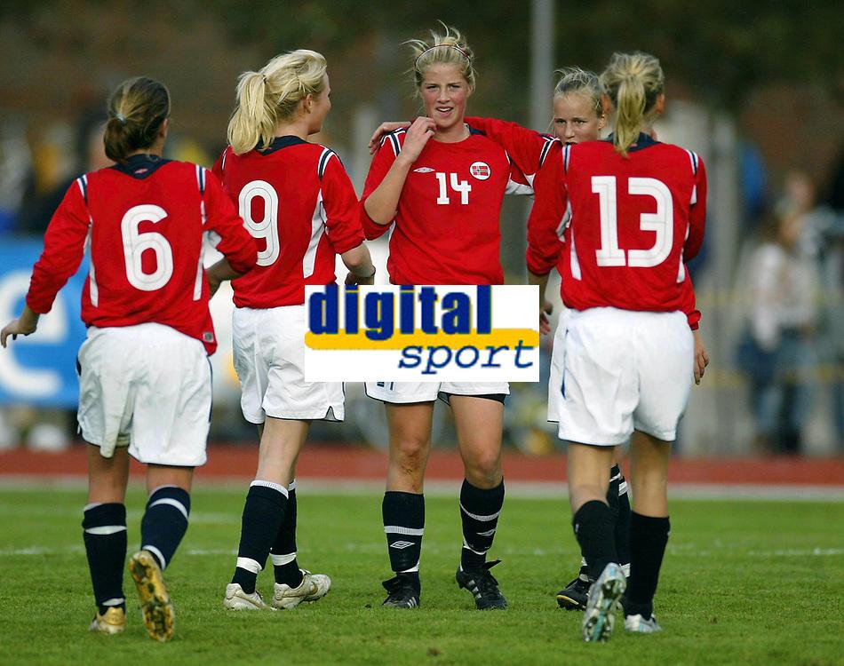 Fotball<br /> Landskamp J15/16 &aring;r<br /> Tidenes f&oslash;rste landskamp for dette alderstrinnet<br /> Sverige v Norge 1-3<br /> Steungsund<br /> 11.10.2006<br /> Foto: Anders Hoven, Digitalsport<br /> <br /> Norsk jubel for seier<br /> L-R: Ina Skaug / Teie - Hanna Haanes / Kolbotn - Christine Br&oslash;nsten / Bamble - Helene Breitve (13) / Skjold
