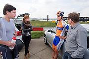 Jan Bos (links) met zijn vriendin, zijn broer Theo en hun vader. Het Human Powered Team Delft en Amsterdam presenteert de VeloX2, de fiets waarmee ze het wereldrecord willen verbreken dat nu op 133 km/h staat. Jan Bos, een van de rijders die het record gaat proberen te verbreken, gaat de strijd aan met zijn broer Theo Bos op de gewone racefiets. Jan wint uiteindelijk glansrijk en haalt 77,2 km/h.<br /> <br /> Jan Bos (left) with his girlfriend, his brother Theo and their father. Human Powered Team Delft and Amsterdam presents the VeloX2, the bike which they will attempt to set a new world record with. Jan Bos, on of the two cyclists who will try to ride faster than 133 km/h, is racing at the presentation against his brother Theo Bos, a former world champion and cyclist for the Rabobank Racing Team. Jan will defeat Theo, with a maximum speed of 77,2 km/h.