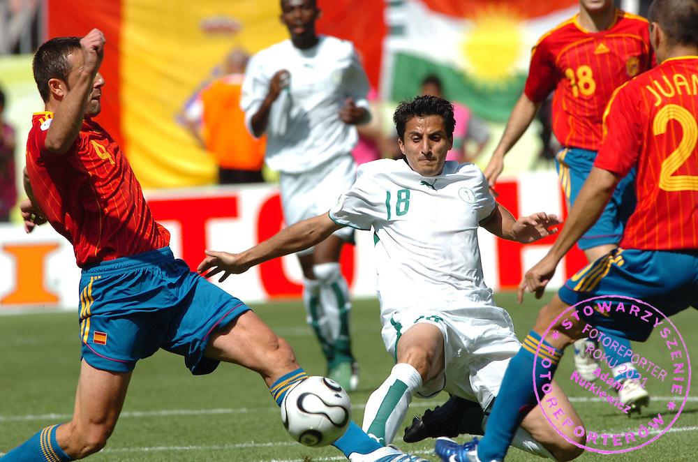 n/z.: Nawaf Al Temyat (nr18-Arabia Saudyjska) podczas meczu grupy H Arabia Saudyjska (biale) - Hiszpania (czerwone) podczas turnieju finalowego Mistrzostw Swiata Niemcy 2006 , pilka nozna , Niemcy , Kaiserslautern , 23-06-2006 , fot.: Adam Nurkiewicz / mediasport..Nawaf Al Temyat (nr18-Saudi Arabia) during soccer match group H in Kaiserslautern during World Cup 2006. June 23, 2006 ; Saudi Arabia (white) - Spain (red)  ; football , Germany , Kaiserslautern ( Photo by Adam Nurkiewicz / mediasport )