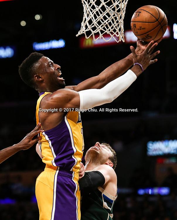 3月17日,洛杉矶湖人队球员大卫-恩瓦巴 (左)在比賽中上篮。 当日,在2016-2017赛季NBA常规赛中,洛杉矶湖人队主场以103比107不敌密尔沃基雄鹿队。 新华社发 (赵汉荣摄)<br /> Los Angeles Lakers forward David Nwaba (#10) gets fouled by Milwaukee Bucks during an NBA basketball game, Friday, March 17, 2017.(Photo by Ringo Chiu/PHOTOFORMULA.com)<br /> <br /> Usage Notes: This content is intended for editorial use only. For other uses, additional clearances may be required.