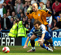 Photo: Ed Godden/Sportsbeat Images.<br />Reading v Liverpool. The Barclays Premiership. 07/04/2007. Reading's Stephen Hunt falls in the area after a challenge by Liverpool keeper Jose Reina. But no penalty given.