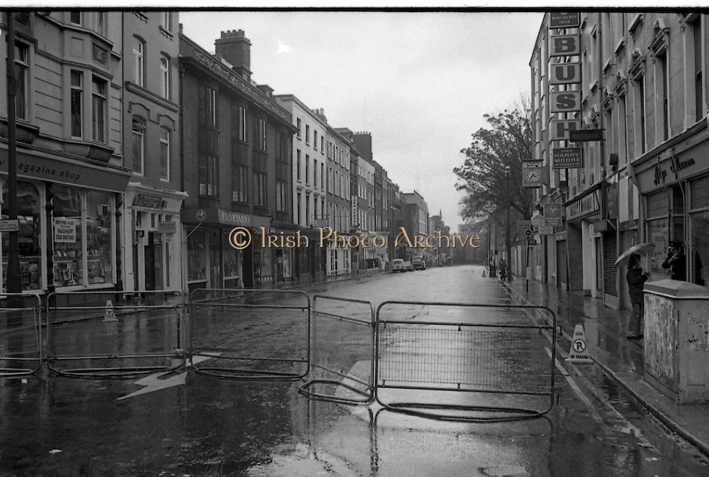 Sinn Fein Ard Fheis.      K63..1976..17.10.1976..10.17.1976..17th October 1976..The Sinn Fein (Kevin Street) Ard Fheis was held over the weekent of the 16th / 17th October at the Mansion House, Dawson Street, Dublin. Mr Ruairi O Bradaigh, President of Provisional Sinn Fein, gave the keynote speech..For the duration of the Ard Fheis, Gardai restricted the flow of traffic into Dawson Street making it look totally deserted.