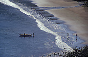Fischer mit ihrem Motorboot am Sandstrand, Nuka Hiva, Französisch Polynesien * Fisher with their motorboat at sand beach, Nuka Hiva, French Polynesia