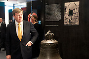 Koning Willem-Alexander is aanwezig bij de opening van de  tentoonstelling - De Tweede Wereldoorlog in 100 in de Kunsthal. In de expositie wordt aan de hand van honderd voorwerpen geschetst hoe mensen het dagelijks leven tijdens de Tweede Wereldoorlog beleefden. <br /> <br /> King Willem-Alexander attended the opening of the exhibition - World War II in 100 in the Kunsthal. The exhibition is based on hundreds of items outlined how people experienced the daily life during World War II.<br /> <br /> op de foto / On the photo:  Achttiende-eeuwse bronzen kerkklok uit Nunhem die in 1942 gespaard blijft tijdens de klokkenroof.<br /> <br /> Eighteenth-century bronze bell from Nunhem who spared in 1942 will continue during the robbery clocks.