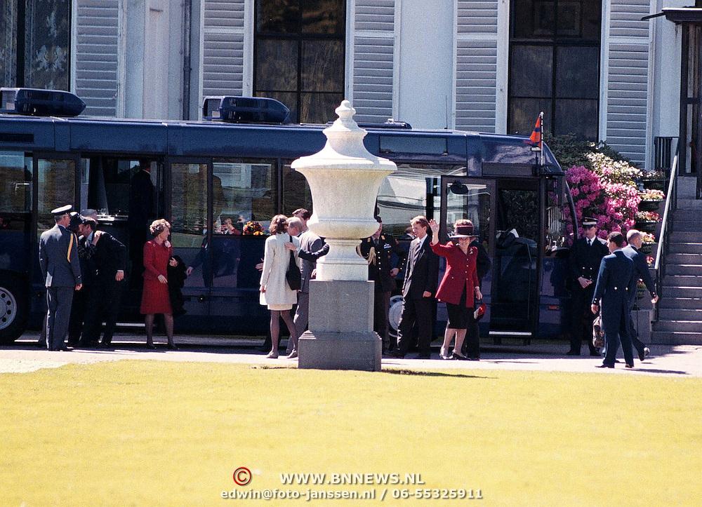 90ste Verjaardag Juliana,Beatrix ed arriveren op Soestdijk