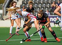 AMSTELVEEN - Yibbi Jansen (OR) met Marijn Veen (A'dam) tijdens de hoofdklasse competitiewedstrijd hockey dames,  Amsterdam-Oranje Rood (5-2). COPYRIGHT KOEN SUYK