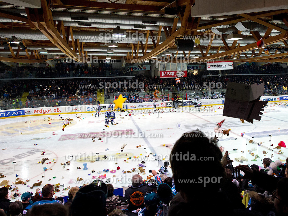 20.12.2013, Keine Sorgen Eisarena, Linz, AUT, EBEL, EHC Liwest Black Wings Linz vs HDD Telemach Olimpija Ljubljana, 55. Runde, im Bild Teddy Bear Toss in Linz // during the Erste Bank Icehockey League 55th round match between EHC Black Wings Linz and HDD Telemach Olimpija Ljubljana at the Keine Sorgen Icearena, Linz, Austria on 2013/12/20. EXPA Pictures © 2013, PhotoCredit: EXPA/ Reinhard Eisenbauer