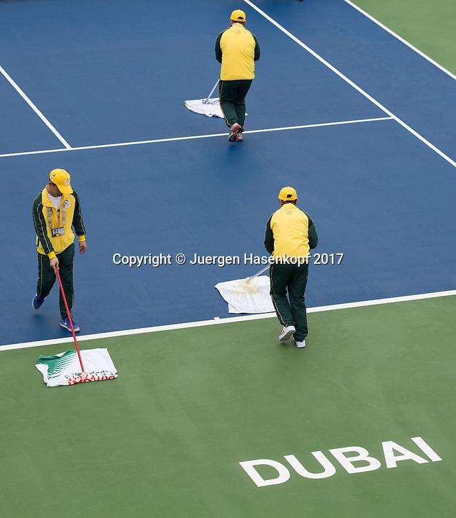 Dubai Tennis Feature , Mitarbeiter trocknen den regennassen Platz mit Handtuecher, kurios,<br /> <br /> Tennis - Dubai Tennis Championships 2017 -  WTA -  Dubai Duty Free Tennis Stadium - Dubai  -  - United Arab Emirates  - 21 February 2017.