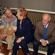 NLD/Den Haag/20051005 - Premiere de Barones, Sigrid Koetze, Ellen Vogel en Allard van der Scheer op een bank