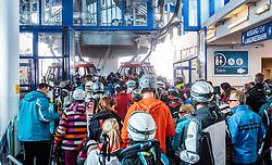THEMENBILD - Wintersportler in einer Warteschlange an der Liftstation aufgenommen am 10. April 2017 am Kitzsteinhorn Gletscher, Kaprun Österreich // Skier in a queue at the lift station at the Kitzsteinhorn Glacier Ski Resort, Kaprun Austria on 2017/04/10. EXPA Pictures © 2017, PhotoCredit: EXPA/ JFK