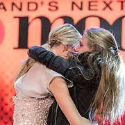 NLD/Amsterdam/20161025 - finale Holland Next Top model 2016, winnares Akke Marije Marinus en zus
