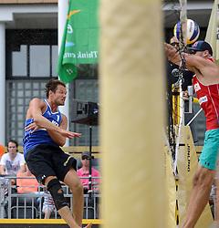 16-07-2014 NED: FIVB Grand Slam Beach Volleybal, Apeldoorn<br /> Poule fase groep A mannen - Reinder Nummerdor (1) NED, Philip Dalhausser (1) USA