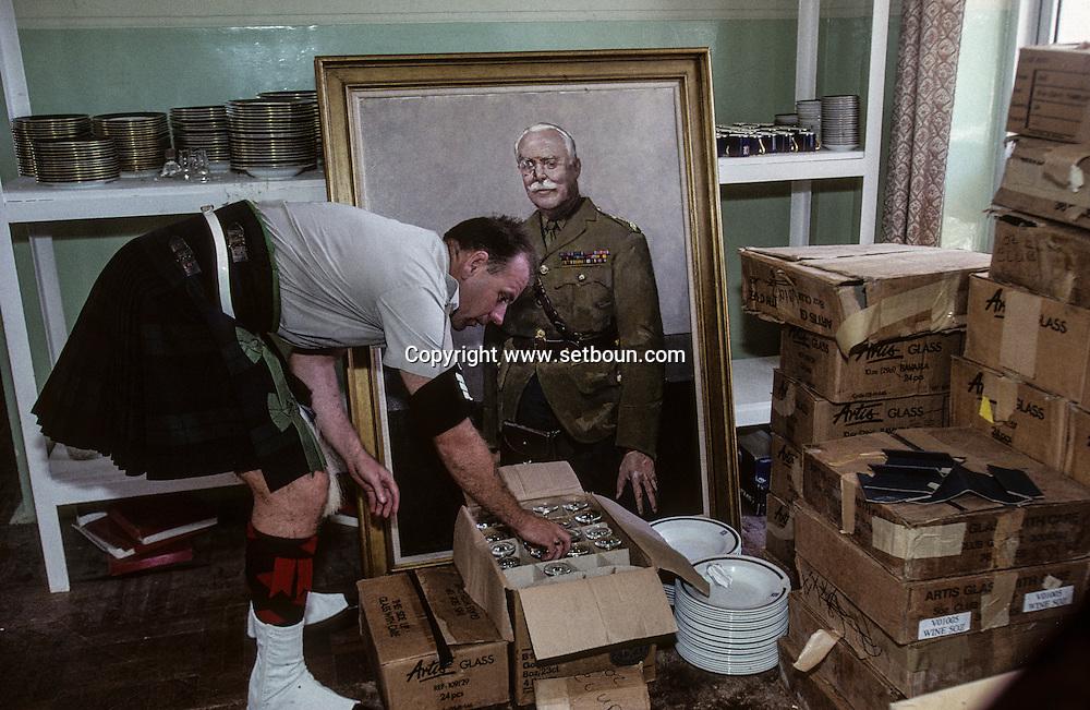 Hong Kong. British army moving out  fort Stanley    / Fort Stanley ; déménagement du mess des officiers,.  / R00057/13    L940707a  /  P0000320